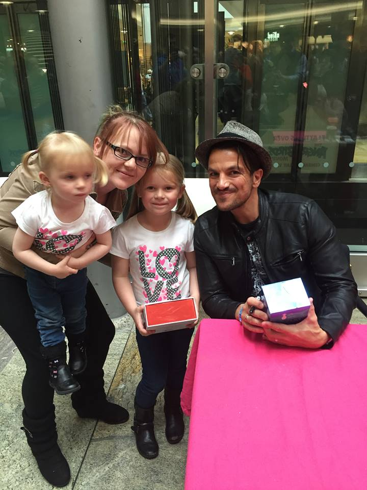 Rebecca Stanton, 29, with daughters Taylor, 6, and Kacy, meeting Peter Andre at a mall in Southampton, May 2016. Rebecca weighed 9st 8lbs (3)